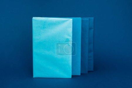 Photo pour Livres lumineux et colorés avec espace de copie sur fond bleu - image libre de droit