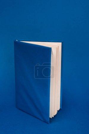 Photo pour Livre lumineux avec espace de copie sur fond bleu - image libre de droit