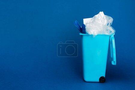Foto de La basura de juguete puede con basura en fondo azul con espacio de copia. - Imagen libre de derechos