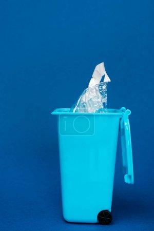 Photo pour Jeu de rebuts de jouets avec sac de plastique sur fond bleu - image libre de droit