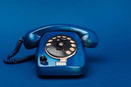 Photo pour Téléphone rétro lumineux et coloré sur fond bleu - image libre de droit