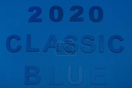 górny widok klasycznych niebieskich liter i 2020 numery izolowane na niebiesko