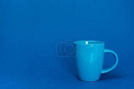 Photo pour Tasse de café sur fond bleu avec espace de copie - image libre de droit