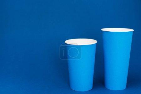 Photo pour Tasses en papier avec soda sur fond bleu avec espace de copie - image libre de droit
