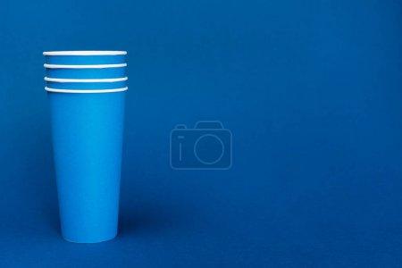 Photo pour Gobelets en papier lumineux sur fond bleu avec espace de copie - image libre de droit