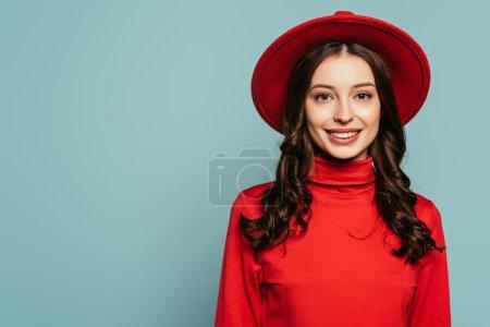 Photo pour Attrayant, élégant fille souriant à la caméra isolé sur bleu - image libre de droit