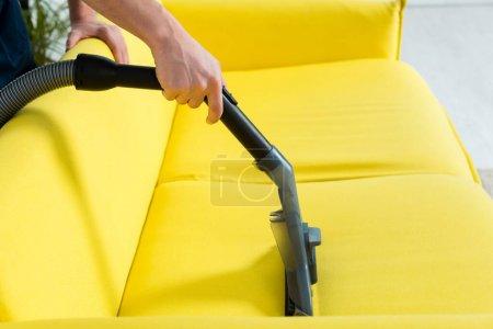 Foto de Vista panorámica del sofá moderno limpiador seco y más limpio con aspirador. - Imagen libre de derechos