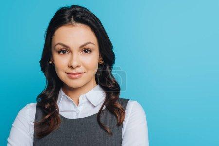 Photo pour Attrayant, confiant femme d'affaires regardant caméra isolée sur bleu - image libre de droit