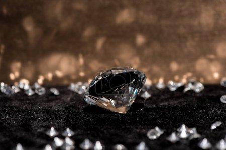 Photo pour Accent sélectif du diamant et des pierres précieuses sur la surface du velours avec réflexion - image libre de droit