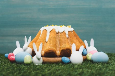 Foto de Easter bread with colorful eggs and decorative bunnies on grass - Imagen libre de derechos