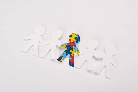 Photo pour Vue à grand angle d'un autre enfant autiste sur fond blanc - image libre de droit