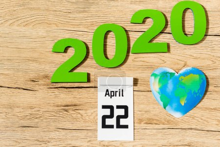 Photo pour Top view of date 22 april 2020 and globe on wooden background, earth day concept - image libre de droit