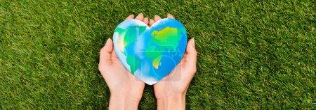 Foto de Vista cruzada del globo en manos femeninas sobre el concepto de día de la tierra verde - Imagen libre de derechos