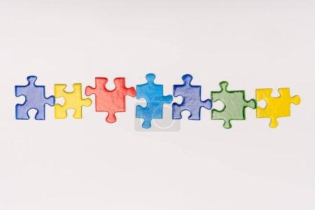 Photo pour Vue du dessus de pièces multicolores de puzzle isolé sur blanc, concept de l'autisme - image libre de droit