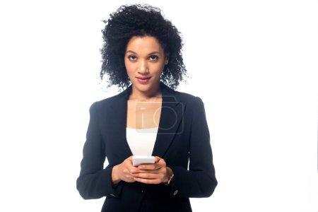 Foto de Vista frontal del hermoso teléfono inteligente africano americano y vista a la cámara aislada en blanco. - Imagen libre de derechos