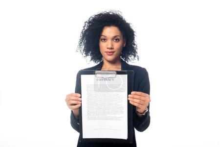 Vue de face de succès afro-américaine femme d'affaires regardant la caméra et montrant contrat isolé sur blanc