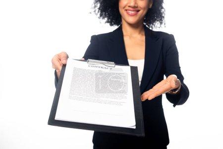 Vue recadrée d'une femme d'affaires afro-américaine souriante et montrant un contrat isolé sur blanc