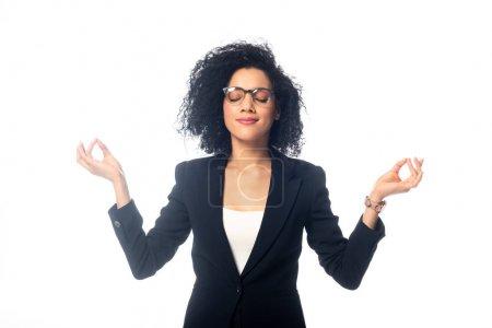 Photo pour Femme d'affaires afro-américaine avec les yeux fermés méditant isolé sur blanc - image libre de droit