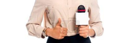 Foto de Vista recortada del periodista afroamericano con el pulgar hacia arriba sosteniendo micrófono aislado en blanco - Imagen libre de derechos