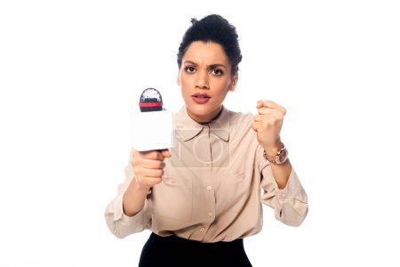 Photo pour Journaliste américain africain en colère avec un microphone montrant le poing et regardant la caméra isolée sur blanc - image libre de droit
