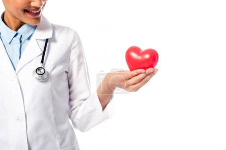 Photo pour Vue agrandie d'un médecin africain américain présentant un coeur rouge décoratif isolé sur blanc - image libre de droit
