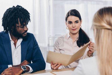 Photo pour Orientation sélective des recruteurs multiculturels menant une entrevue d'emploi avec un employé au bureau - image libre de droit