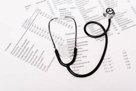 Photo pour Vue grand angle du stéthoscope sur les listes avec hormones isolées sur blanc - image libre de droit
