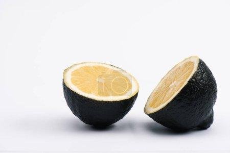 Photo pour Moitiés de citron juteux et mûr sur blanc - image libre de droit