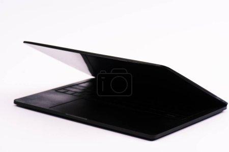 Photo pour Ordinateur portable noir et moderne isolé sur blanc - image libre de droit
