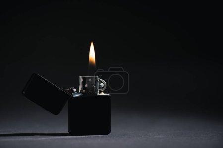 Foto de Encendedor con fuego ardiente en negro con espacio de copia - Imagen libre de derechos