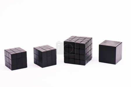 Photo pour KYIV, UKRAINE - 21 FÉVRIER 2020 : cubes de rubik noir isolés sur blanc avec espace de copie - image libre de droit