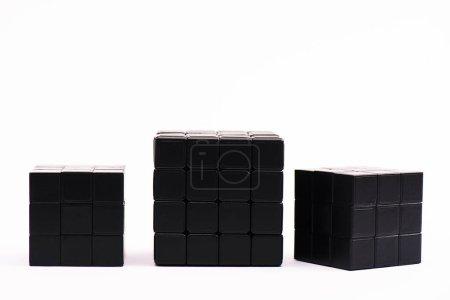 Photo pour KYIV, UKRAINE - 21 FÉVRIER 2020 : cubes de rubik noir pour jeu de stratégie sur blanc - image libre de droit