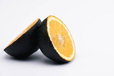 Photo pour Moitiés de citron juteux et bio sur blanc - image libre de droit