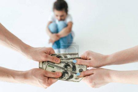 foyer sélectif de l'homme donnant la pension alimentaire à la femme près de la fille afro-américaine sur blanc