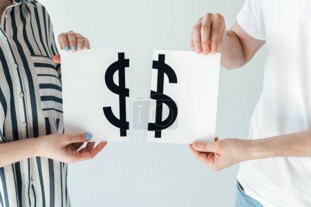 Foto de Visión aproximada del hombre y la mujer divorciados que tienen papel con letreros en dólares aislados sobre blanco - Imagen libre de derechos