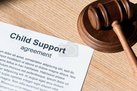 Holzhammer nahe Dokument mit Unterhaltsvereinbarung