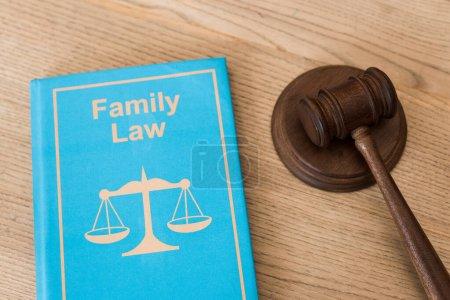 Photo pour Marteau en bois près d'un livre avec lettrage en droit de la famille sur le bureau - image libre de droit