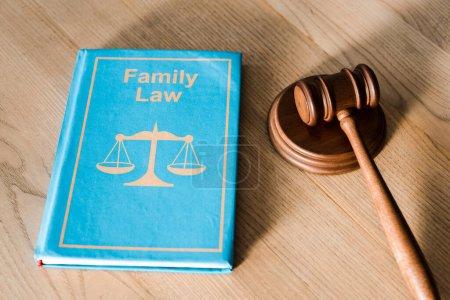 Photo pour Marteau près du livre avec lettrage en droit de la famille sur un bureau en bois - image libre de droit