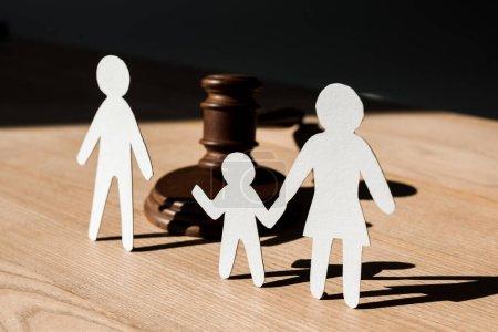 Photo pour Papier personnes près du marteau en bois sur la table, concept de divorce - image libre de droit