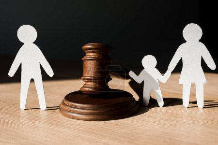 Photo pour Papier personnes près de marteau en bois sur noir, concept de divorce - image libre de droit
