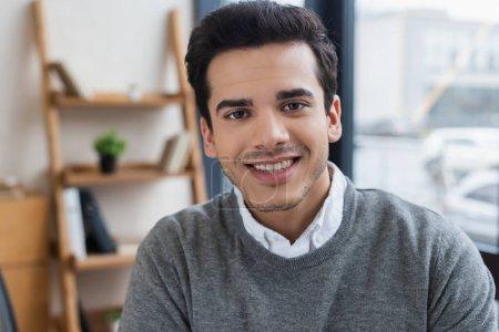 Photo pour Portrait d'homme d'affaires regardant la caméra et souriant - image libre de droit