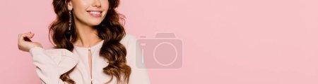 Photo pour Plan panoramique de fille heureuse souriant isolé sur rose - image libre de droit