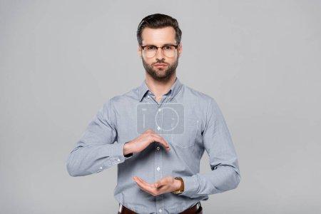 Photo pour Homme barbu en lunettes et chemise geste isolé sur gris - image libre de droit