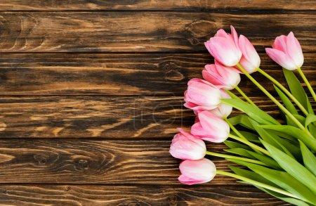 Foto de Vista superior de los tulipanes florecientes en la superficie de madera, concepto de día de las madres. - Imagen libre de derechos