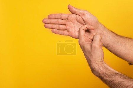 Photo pour Vue recadrée de l'homme montrant un geste dans un langage sourd et muet isolé sur jaune - image libre de droit
