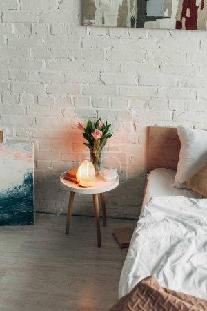 Photo pour Intérieur de la chambre avec lampe au sel naturel, fleurs et peintures - image libre de droit