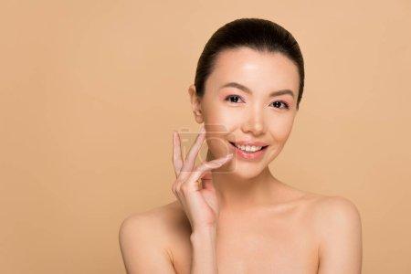 Photo pour Heureuse femme asiatique nue tendre avec une peau parfaite et propre isolée sur beige - image libre de droit