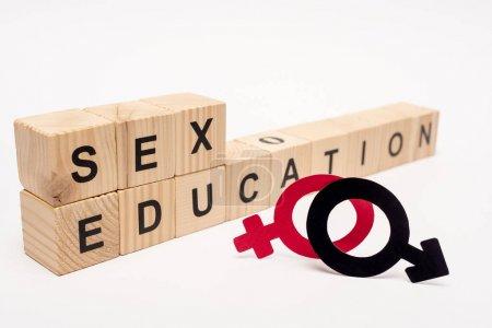 Photo pour Foyer sélectif de cubes en bois avec lettrage éducation sexuelle près de symboles de genre sur blanc - image libre de droit