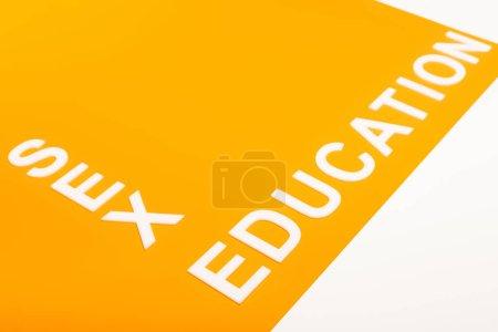 Photo pour Lettrage éducation sexuelle sur surface orange isolé sur blanc - image libre de droit