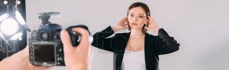 Photo pour Focus sélectif de beau modèle élégant posant chez le photographe avec appareil photo numérique en studio photo - image libre de droit